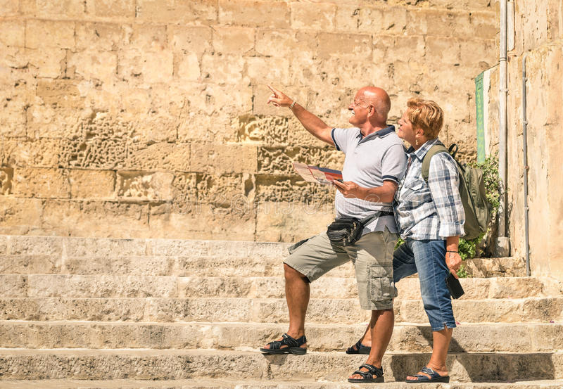 Couples supérieurs heureux explorant la vieille ville de la La La Valette photos libres de droits