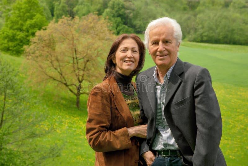 Couples supérieurs heureux extérieurs images stock