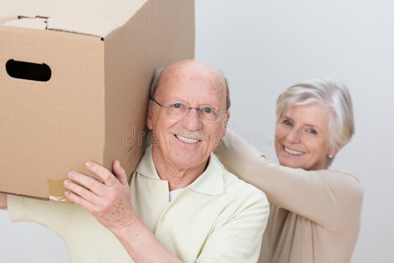Couples supérieurs heureux fonctionnant en équipe photos libres de droits