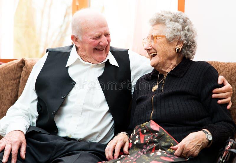 Couples supérieurs heureux posant la fin ensemble images stock
