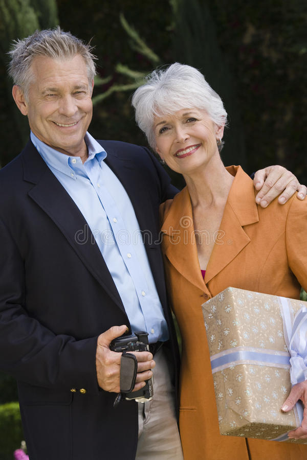 Couples supérieurs heureux se tenant ensemble images libres de droits