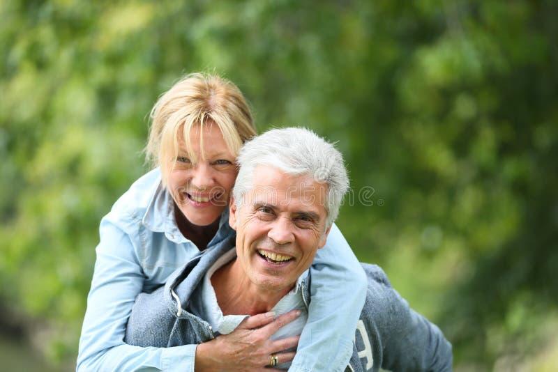 Couples supérieurs joyeux ayant l'amusement dehors photographie stock