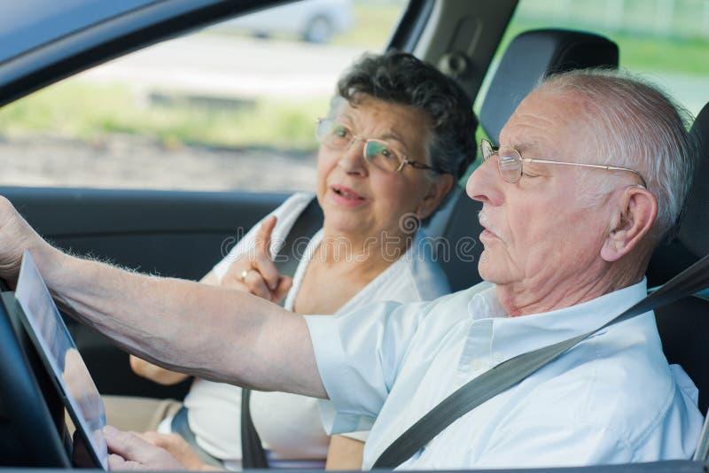Couples supérieurs malheureux discutant dans la voiture photos libres de droits