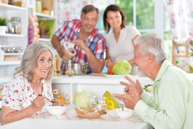 Couples supérieurs mangeant à la cuisine photos libres de droits