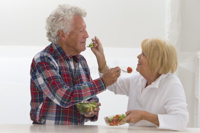 Couples supérieurs mangeant d'une salade ensemble image libre de droits
