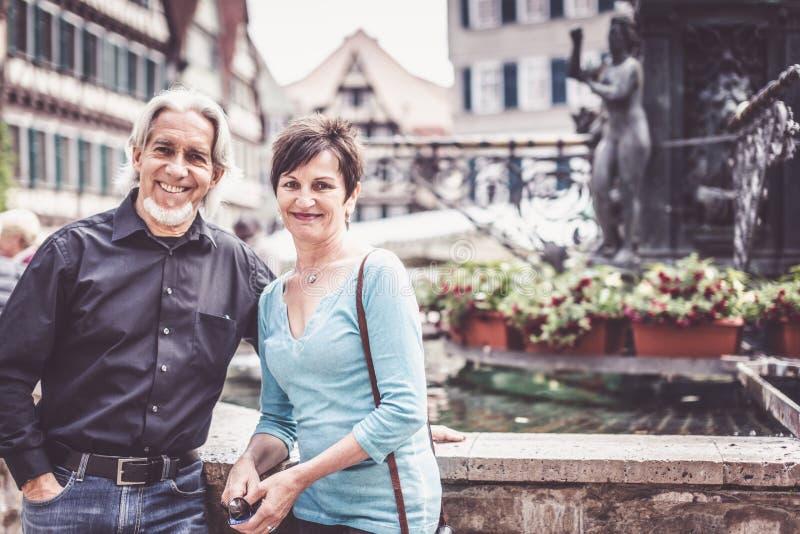Couples supérieurs marchant par les rues de Tuebingen photographie stock libre de droits