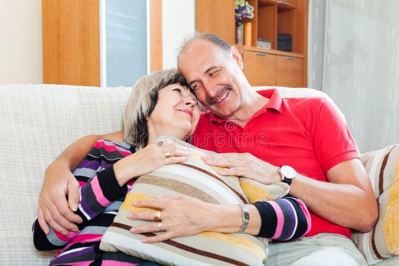 Couples supérieurs occasionnels affectueux ensemble images stock