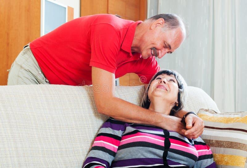 Couples supérieurs ordinaires affectueux photos libres de droits