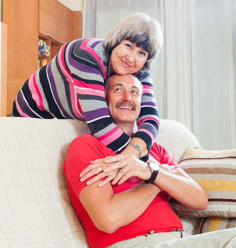 Couples supérieurs ordinaires affectueux ensemble images libres de droits