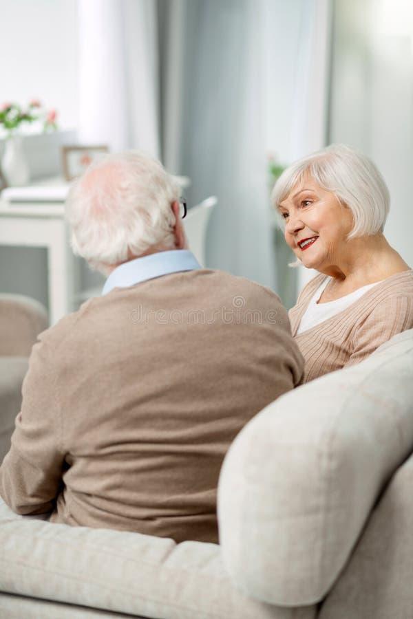 Couples supérieurs positifs ayant une conversation photos stock