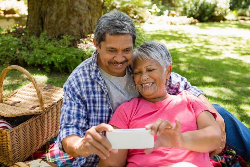 Couples supérieurs prenant un selfie photo stock