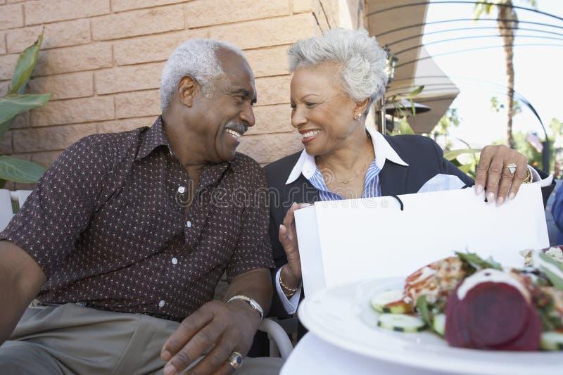 Couples supérieurs regardant l'un l'autre photos stock