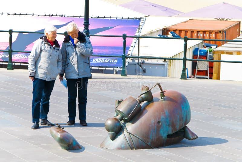 Couples supérieurs regardant une sculpture image libre de droits