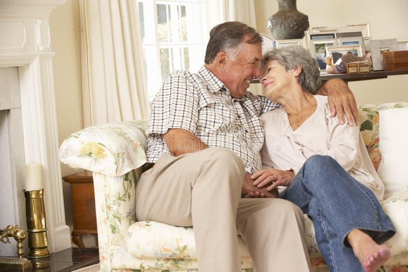 Couples supérieurs retirés se reposant sur Sofa At Home Together photographie stock