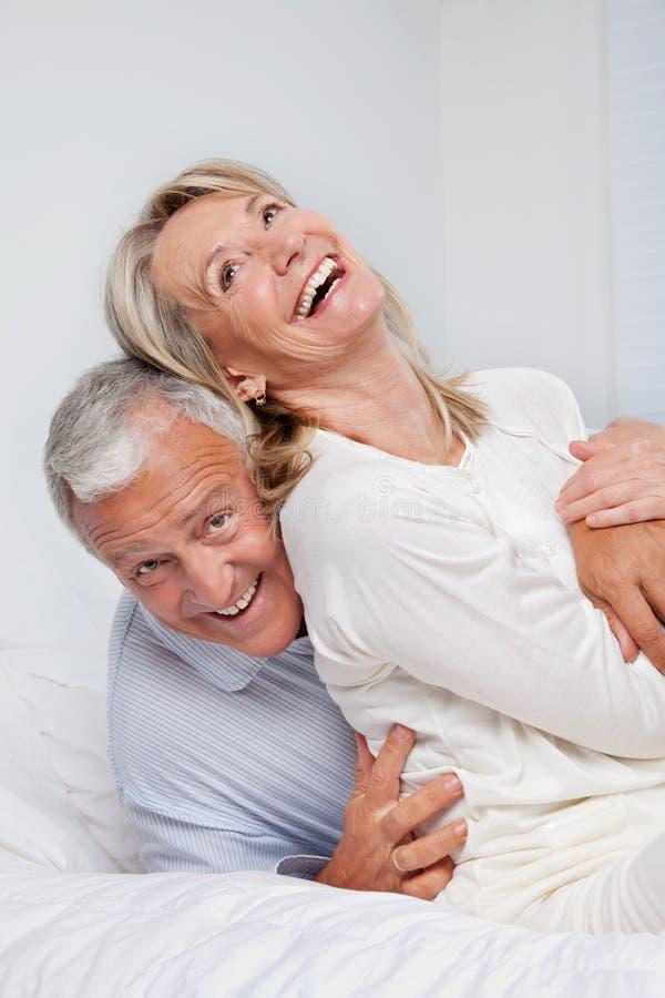 Couples supérieurs riant ensemble photo stock