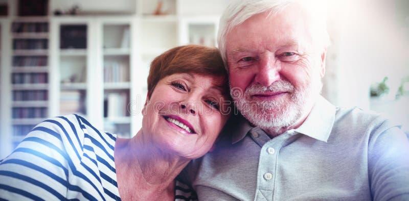 Couples supérieurs se reposant sur le sofa photos stock