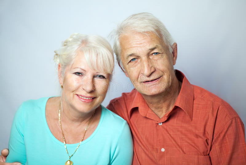 Couples supérieurs semblant heureux photos stock