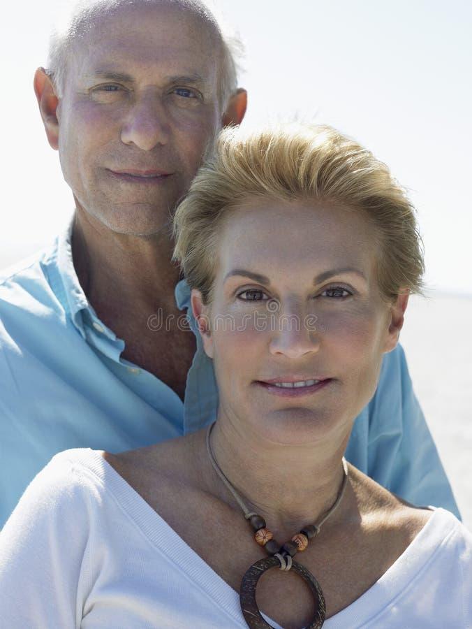 Couples supérieurs sur la plage tropicale photographie stock