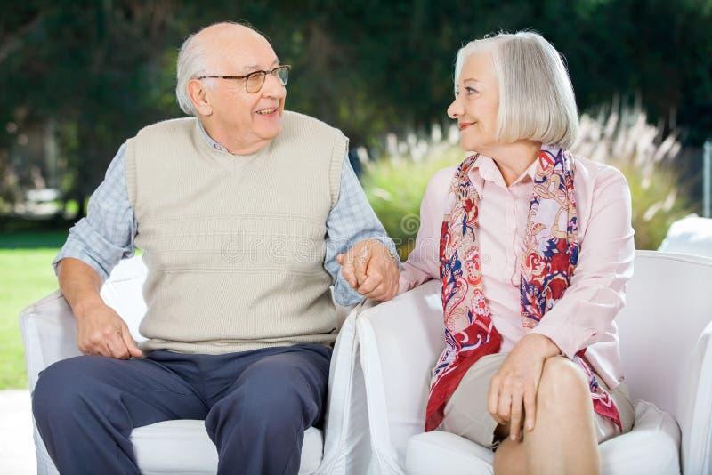 Couples supérieurs tenant des mains et regardant chacun image libre de droits