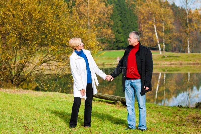 Couples supérieurs tenant l'eau proche image stock