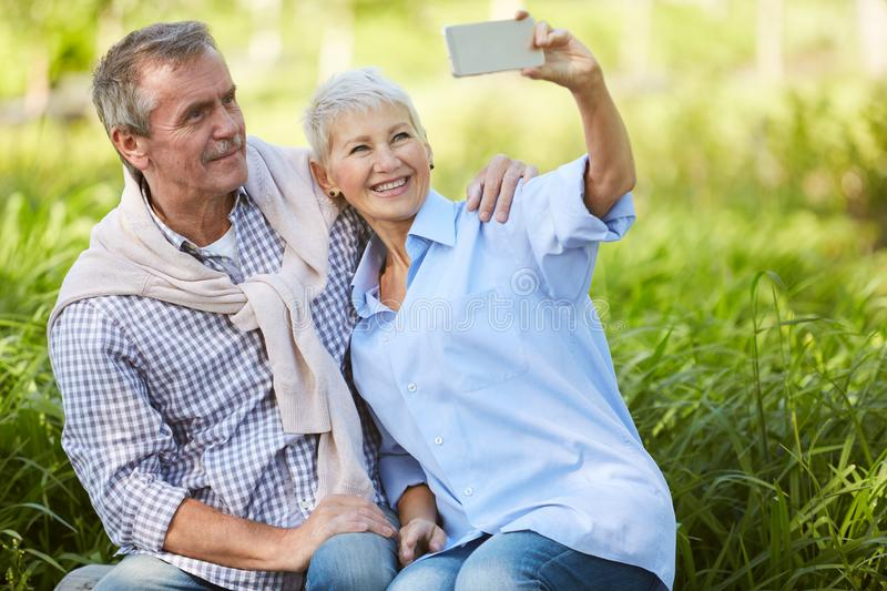 Couples sup?rieurs prenant le selfie photo stock
