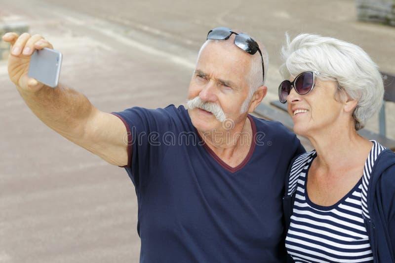 Couples sup?rieurs prenant le selfie images stock