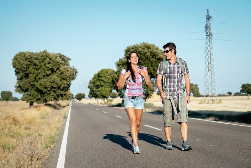 Couples sur augmenter le voyage d'été photos libres de droits