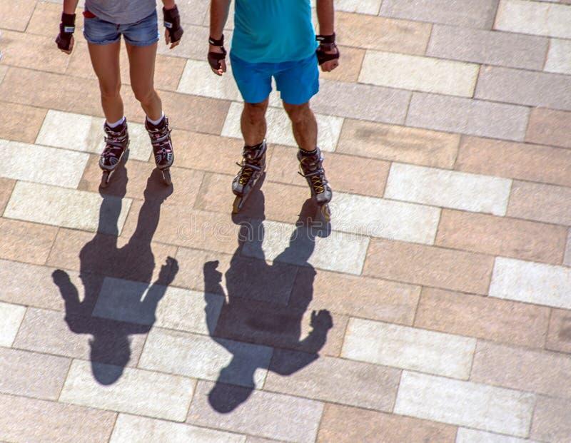 Couples sur des patins de rouleau photo stock