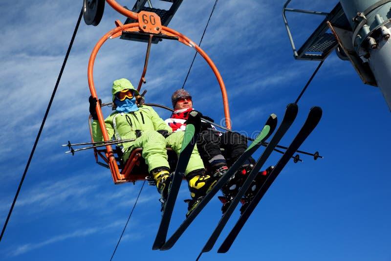 Couples sur l'ascenseur de ski images libres de droits