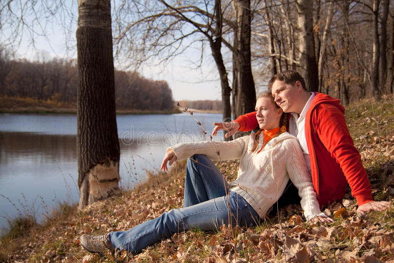 Couples sur l'herbe photographie stock libre de droits