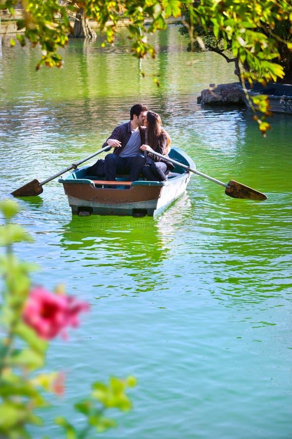 Couples sur la conduite romantique de bateau. photos libres de droits