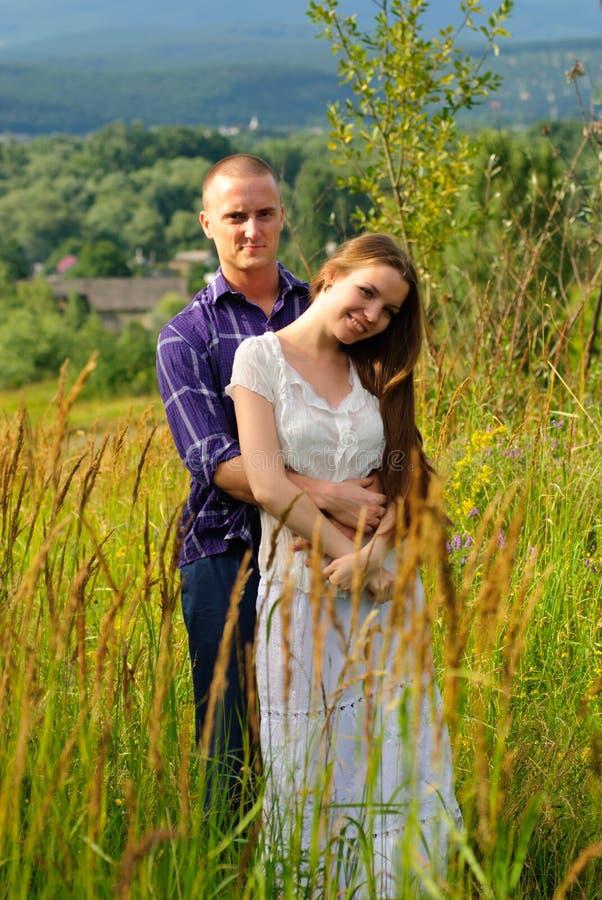 Couples sur la nature photos libres de droits