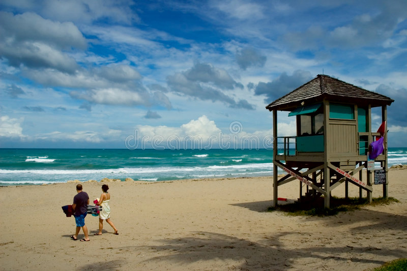 Couples sur la plage photo stock