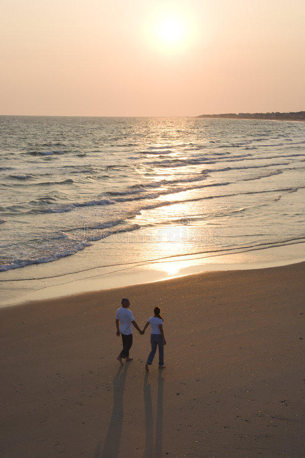 Couples sur la plage. photographie stock