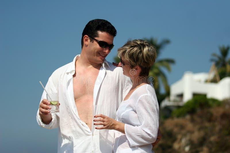 Couples sur la plage images stock
