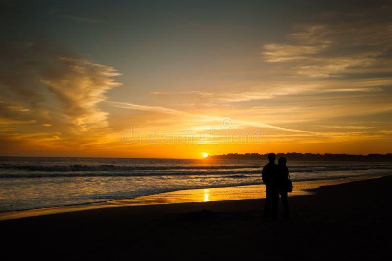 Couples sur la plage - plage de Stinson, la Californie image libre de droits