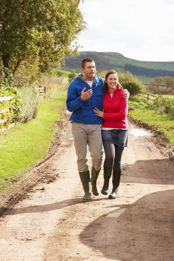 Couples sur la promenade de pays images stock