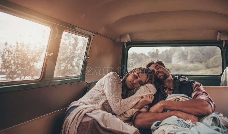 Couples sur la promenade en voiture dormant ensemble dans le fourgon photo stock