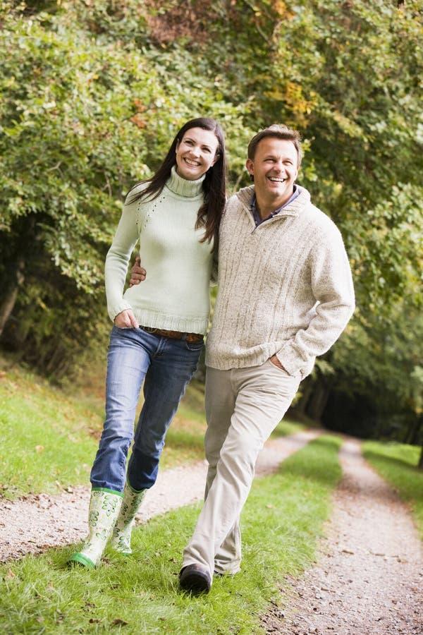 Couples sur la promenade le long du chemin de régfion boisée photos libres de droits