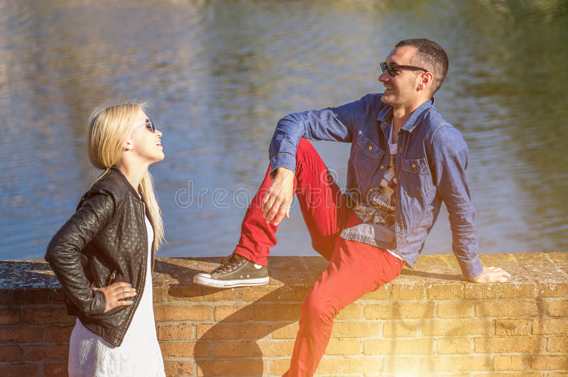 Couples sur la rivière photographie stock libre de droits