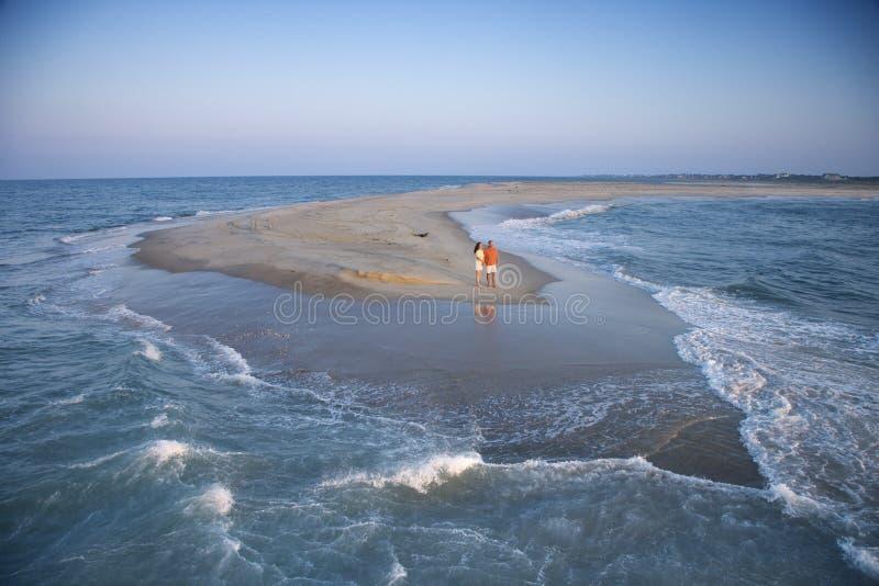 Couples sur le banc de sable. photos stock