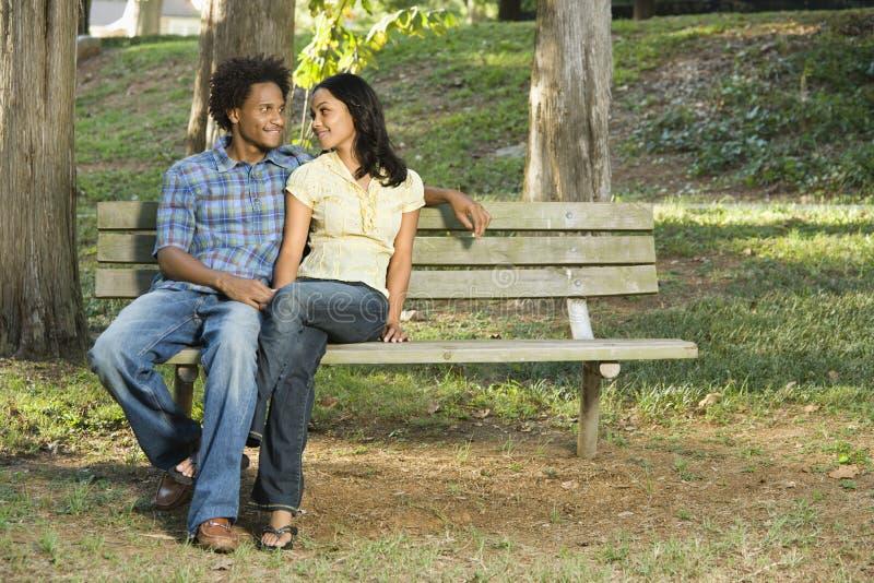 Couples sur le banc de stationnement. images stock