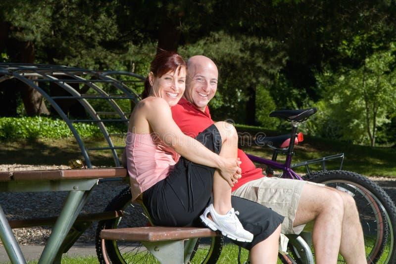 Couples sur le banc de stationnement - horizontal images libres de droits
