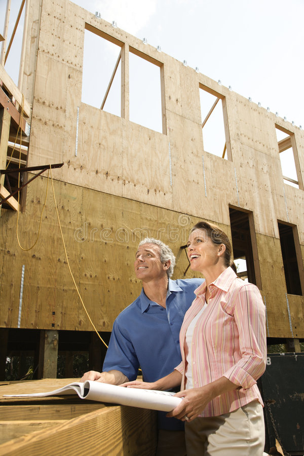 Couples sur le chantier de construction. photos stock