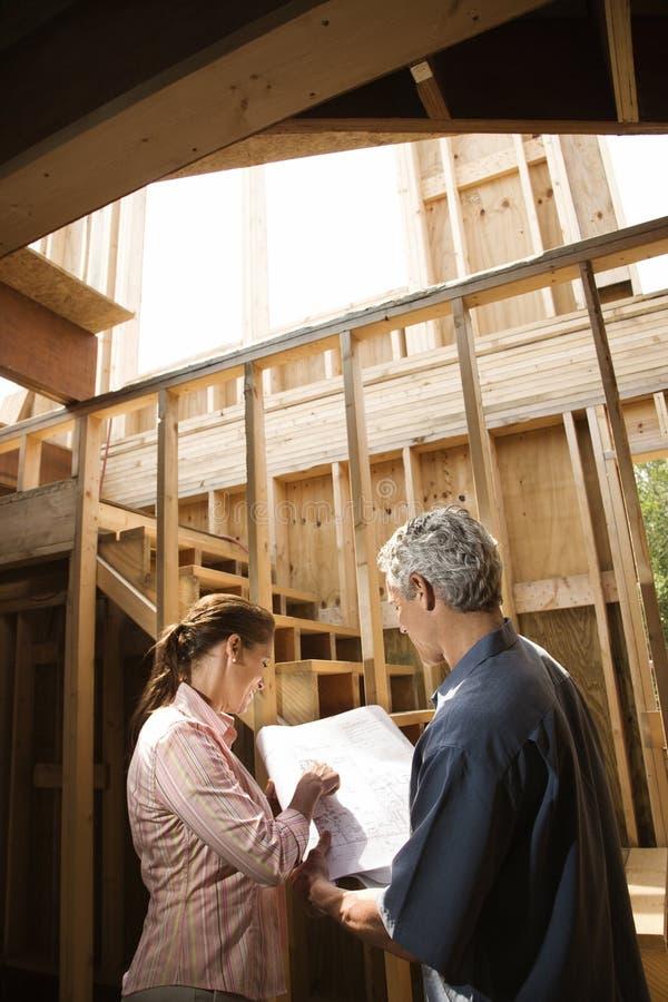Couples sur le chantier de construction. image libre de droits