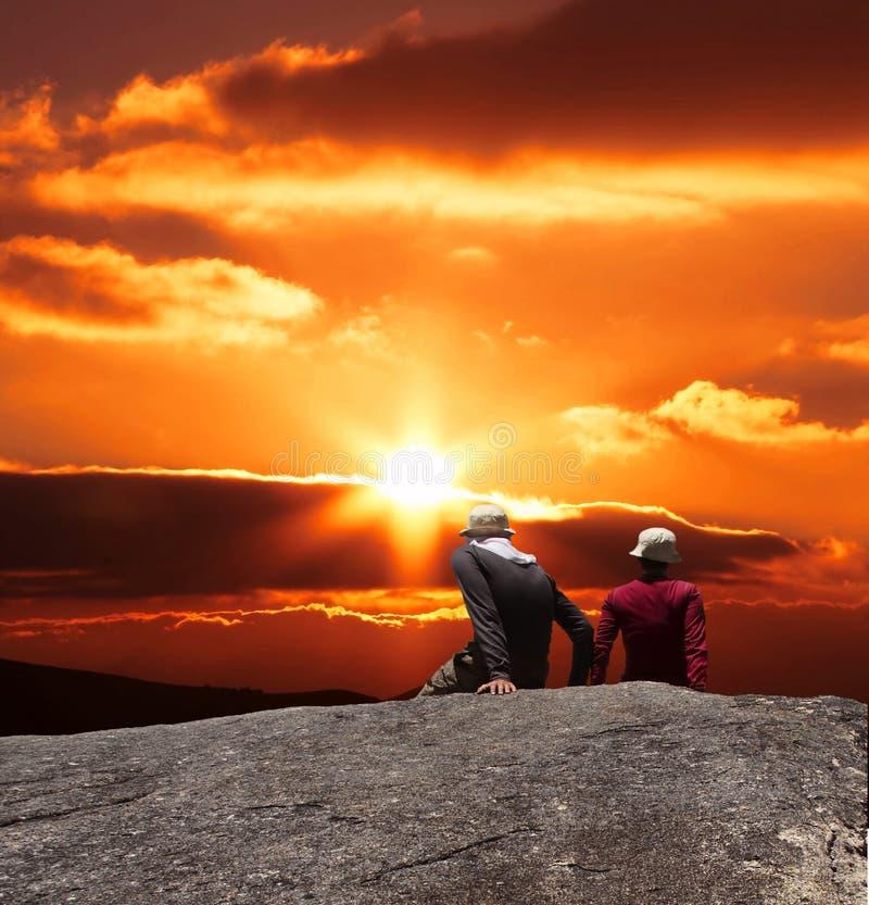 Couples sur le coucher du soleil photographie stock libre de droits