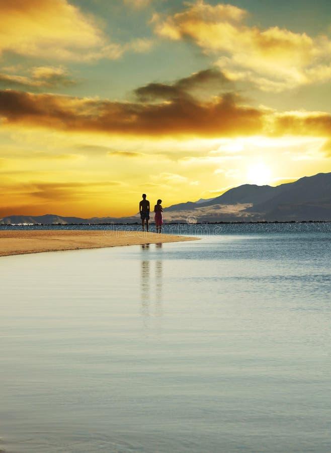 Couples sur le coucher du soleil image stock
