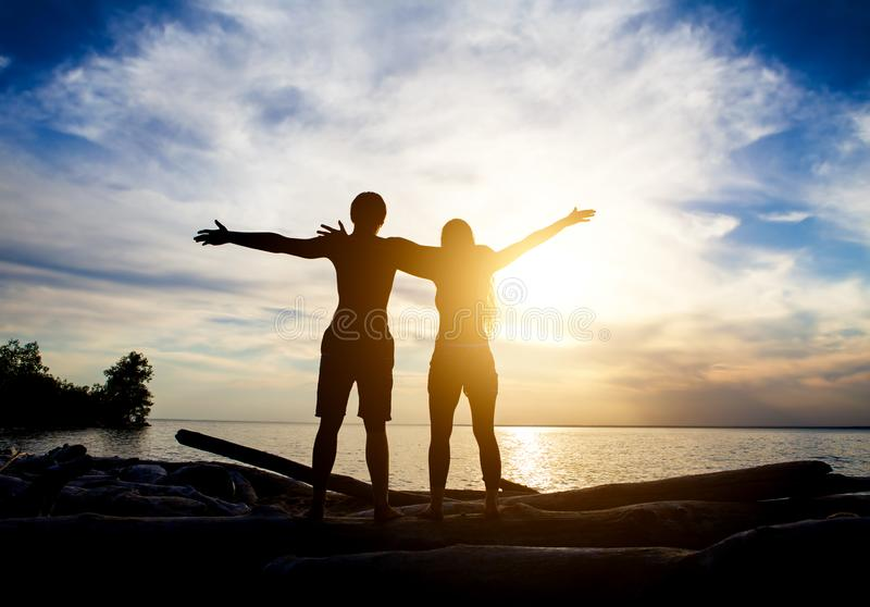 Couples sur le coucher du soleil photos stock