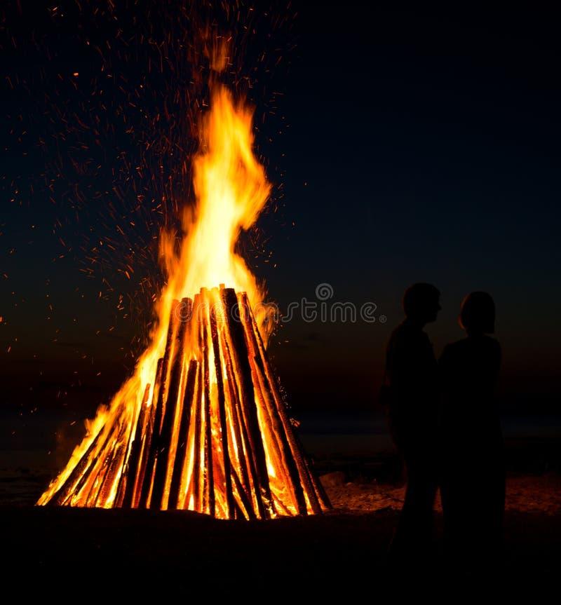 Couples sur le fond du feu photo stock