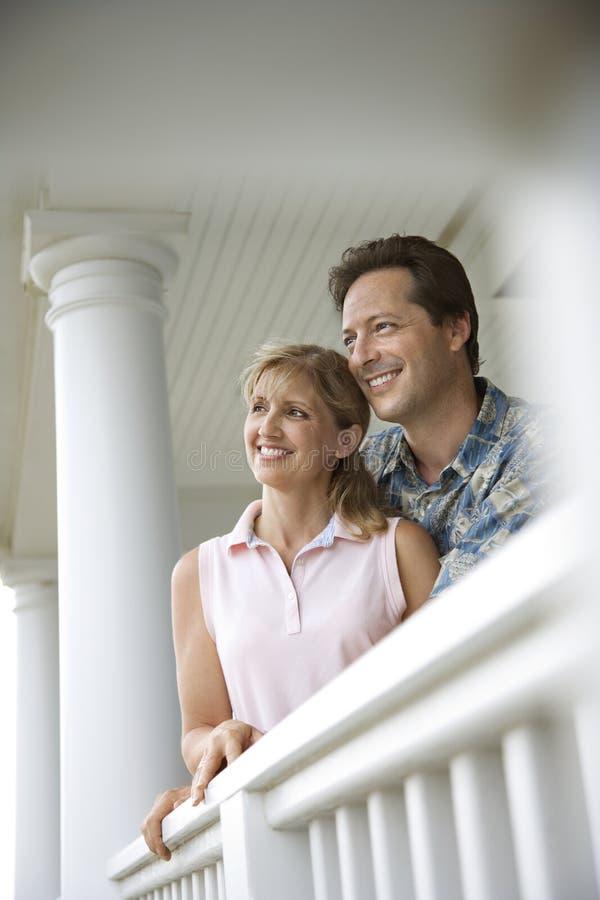 Couples sur le porche de la maison images libres de droits